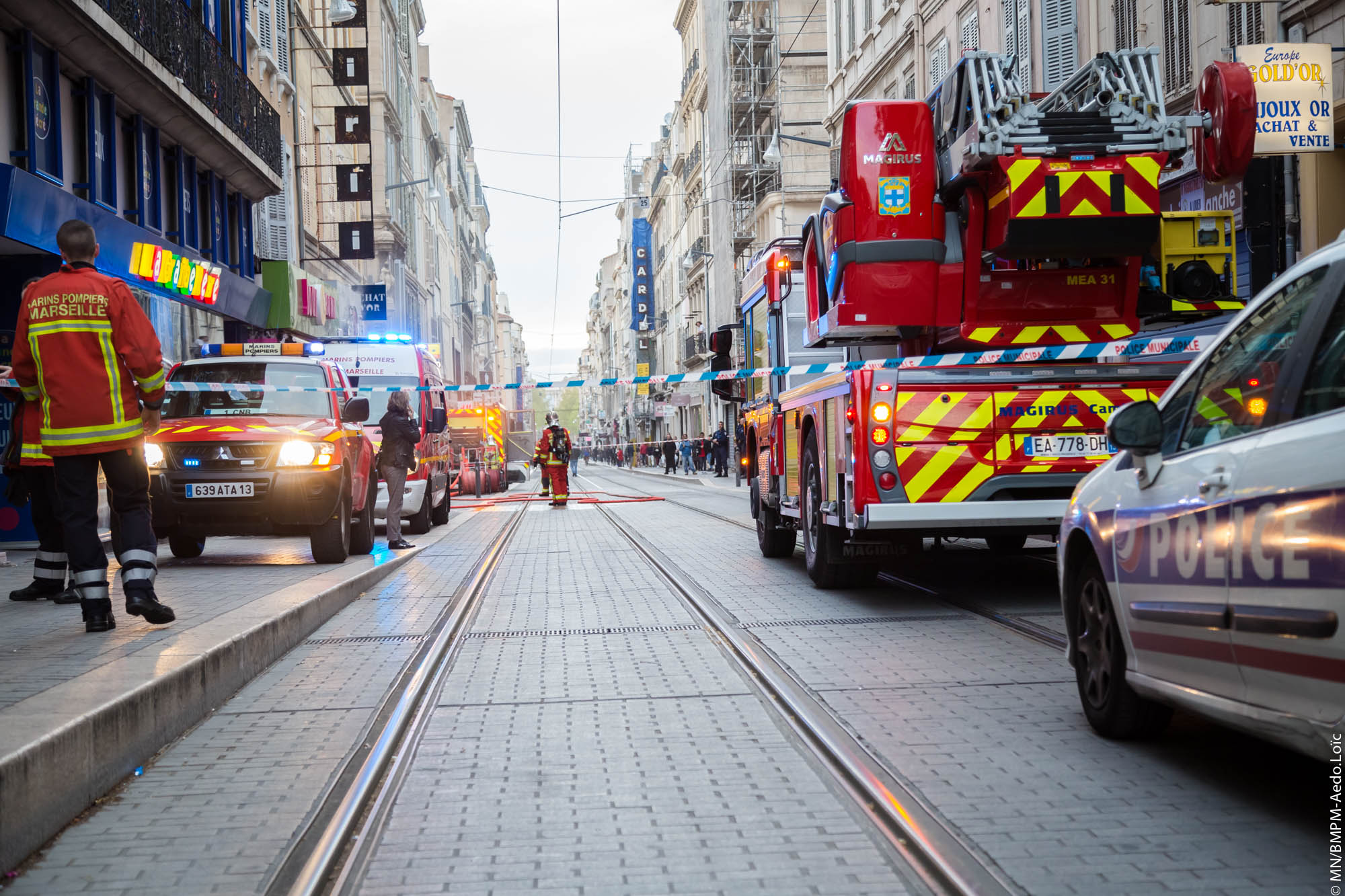 marseille 13 cinq personnes bloqu es derri re le rideau m tallique d 39 un magasin en feu. Black Bedroom Furniture Sets. Home Design Ideas