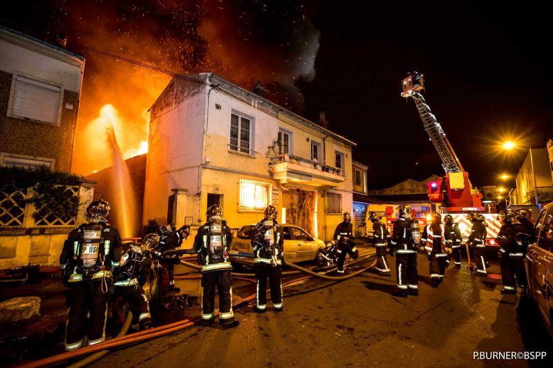 🇫🇷 La Courneuve (93) : Un entrepôt détruit par les flammes, des familles évacuées
