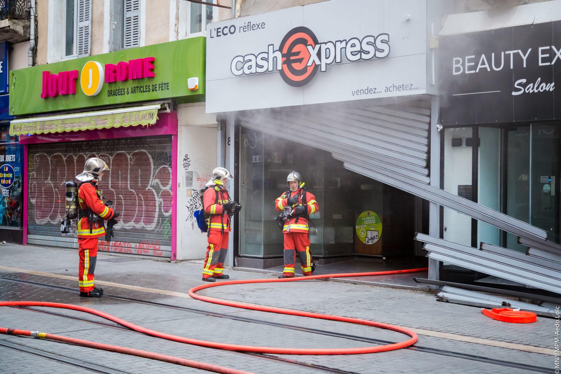 🇫🇷 Marseille (13) : Cinq personnes bloquées derrière le rideau métallique d'un magasin en feu