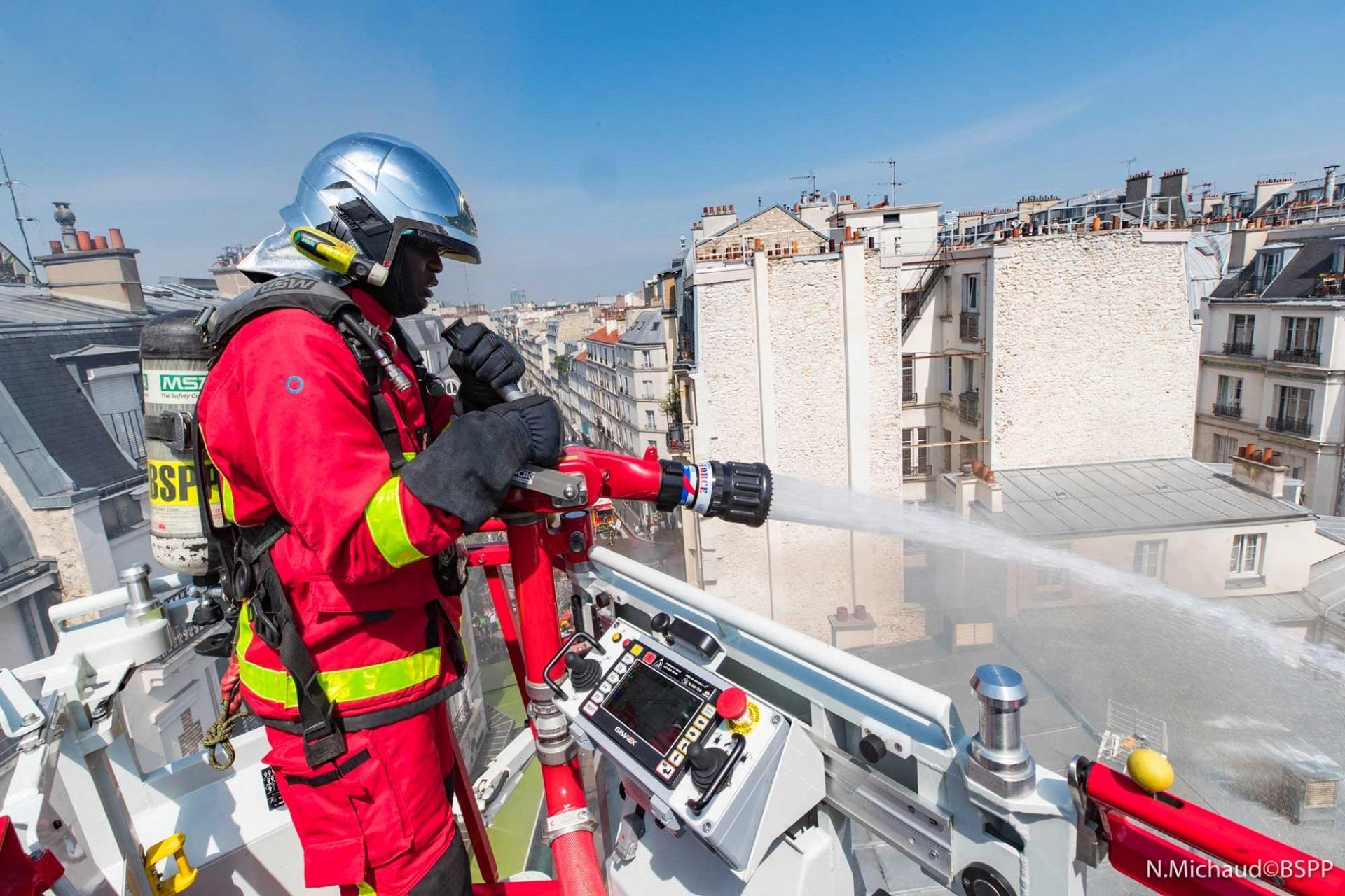 🇫🇷 Paris (75) : 300 m² de toiture, un studio et deux appartements ravagés par un incendie
