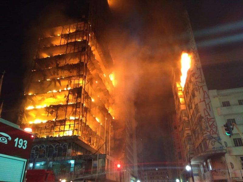 🇧🇷 São Paulo : Une tour en feu s'effondre