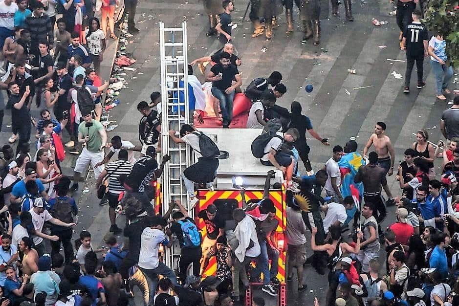 🇫🇷 Paris : Des supporters montent sur un camion de pompiers en intervention