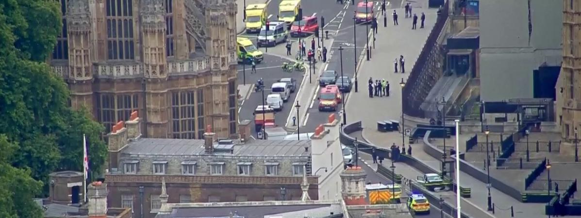 🇬🇧 Londres : Une voiture a foncé sur les barrières du Parlement Britannique. Plusieurs piétons sont blessés.