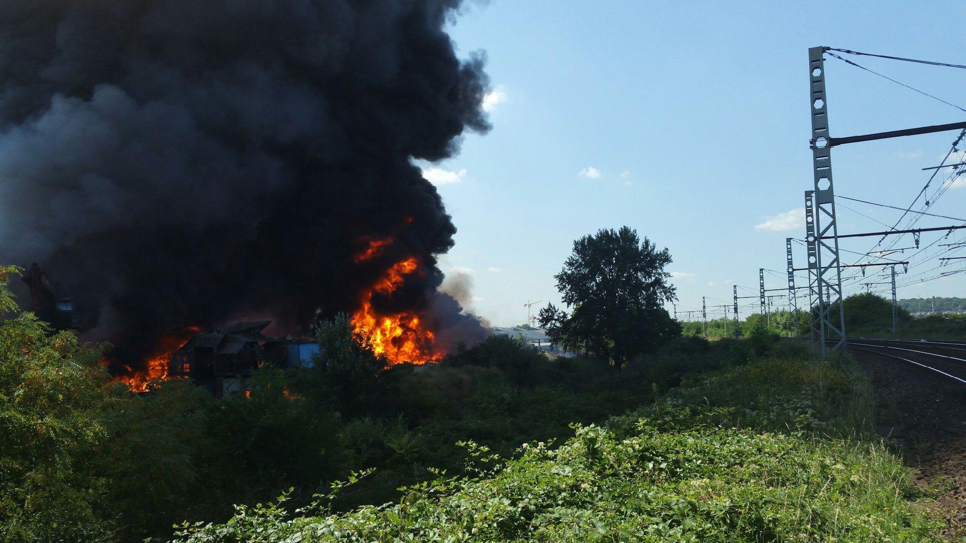 🇫🇷 Athis-Mons (91) : Un incendie ravage une usine de recyclage