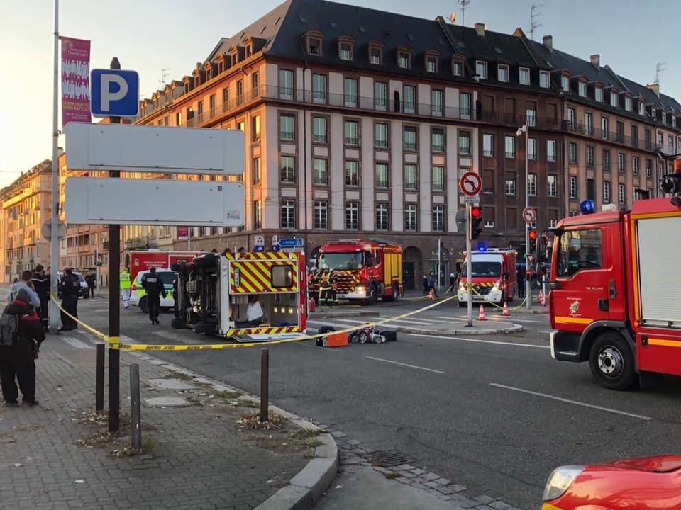 🇫🇷 Strasbourg (67) : Un VSAV percute un tramway et se retourne pour éviter un enfant