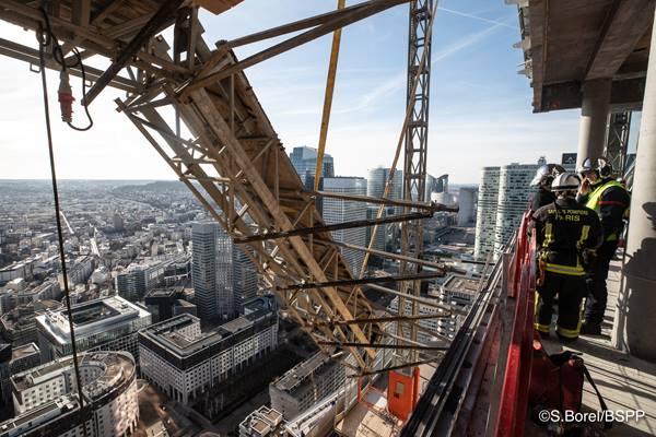 🇫🇷 Courbevoie (92) : Une nacelle menace de se décrocher d'une tour en construction