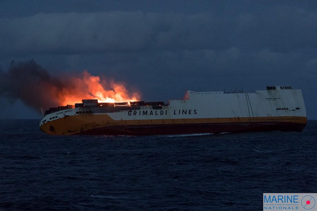 Atlantique : Un cargo en feu sombre à 300 km des côtes françaises