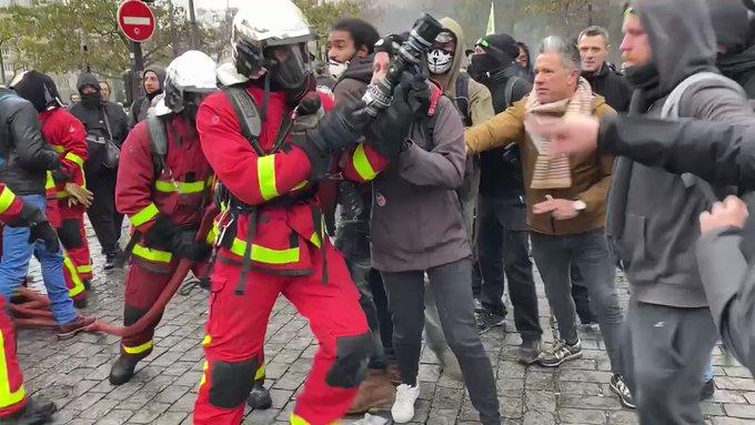 🇫🇷 Paris (75) : Les pompiers empêchés d'éteindre les incendies Place d'Italie